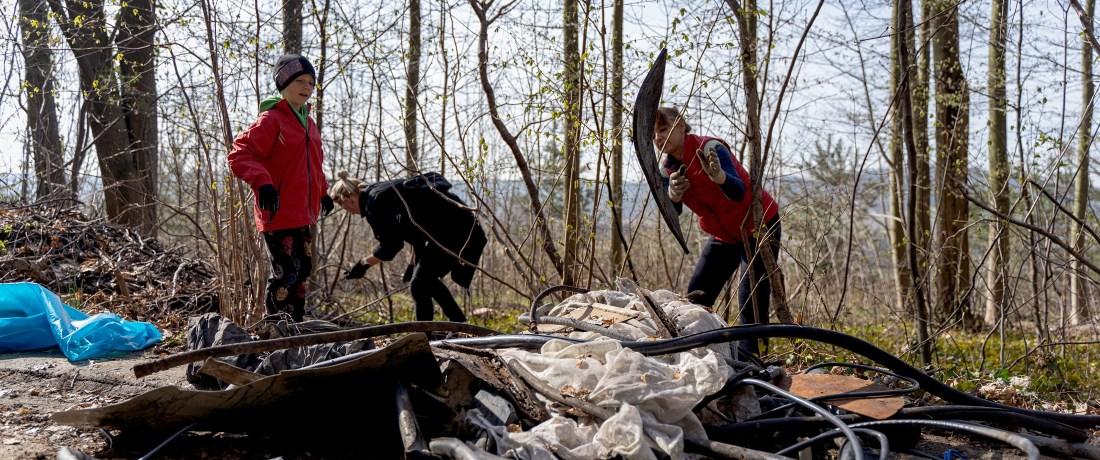 Házení odpadků z lesa na hromadu
