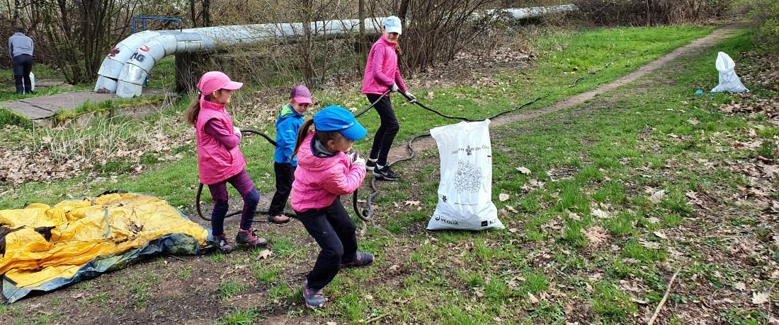 Děti uklízí odpadky z přírody